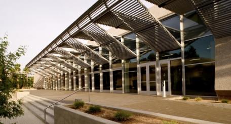 Aerobrise 100 200: Diseñado para el control solar, se puede adaptar a cualquier tipo de estructura debido a su ligereza, excelente aplicación para detalles arquitectónicos y decorativos.