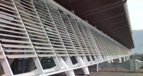Aeroscreen: Diseñado para revestir fachadas de edificios, dando solución eficaz en cuestión de protección solar, puede ser fijo o accionable de manera manual o motorizado, compatible con sistemas inteligentes. Aplicación disponible en acero corten.