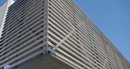 Celoscreen: Solución al control solar pasivo, puede ser liso o perforado, muy útil para los espacios destinados al intercambio de aire y control de la visibilidad, ofreciendo dinamismo en las fachadas día y noche.