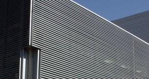 Celosia C23E C40E: Ademas de ser eficiente en el control solar, proporciona mejor que cualquier otra celosía, una mayor protección al agua. Disponible en acabado tipo madera woodgrain.