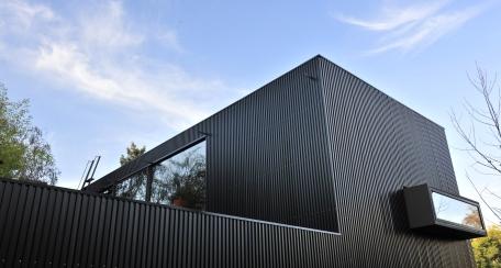 Quadroline 30 15: Recubrimiento metálico versátil y ligero, ideal para todo tipo de fachada exterior y revestimientos de muros interiores.