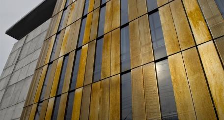 Screenpanel: Excelente alternativa para revestir fachadas, en donde además se pueden plasmar diseños bajo patrones de perforación, mismos que se pueden utilizar como muros pantalla. Aplicación disponible en acero corten.