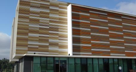 Softwave 25 50: Revestimiento de líneas curvas que responde al requerimiento estético, puede ser utilizado como excelente control solar pasivo y acústico en aplicación perforada, ofreciendo dinamismo en las fachadas día y noche.