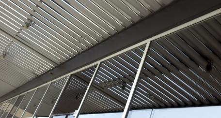 Sunlines: Soluciónes para control solar pasivo, actúan como canal conductor de aguas de lluvia, evitando que caiga directamente el agua al piso.