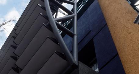 Termobrise: Producto diseñado para fachadas como protector de incidencia solar y ruido externo. El interior va relleno con poliuretano que proporciona una alta rigidez, aislación y bajo peso. Puede ser fijo o accionable de manera manual o motorizado, compatible con sistemas inteligentes; Disponible en acabado tipo madera woodgrain.