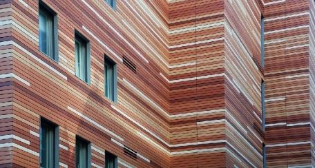 Terrart Large: Fachadas ventiladas de elementos de gran formato que soportan la carga de viento y son fabricados en base a la especificación de cada proyecto. Considerado un producto estético y excelente diseño estructural.