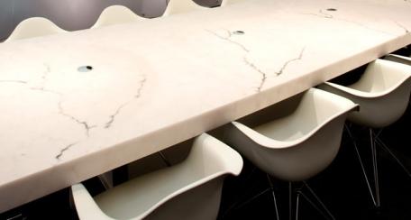 Alabaster: Un material clásico cuya translucidez y calidez transmiten incandescencia, el alabastro se convierte en una alternativa de un material para todo tipo de detalle, desde difusores de luz a mobiliario hasta paneles para otorgar privacidad.