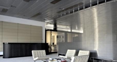 MetalWall: Revestimiento de panel metálico para aplicación exclusivamente en interiores,  además al incorporar un material absorbente en el interior adquiere propiedades acústicas.