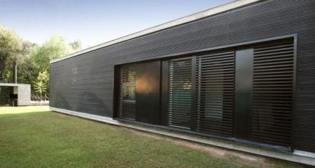 Miniwave: Este panel ha sido diseñado para ser usado como revestimiento interior, exterior o cielo, además al ser  perforado permite ser utilizado en aplicaciones de control solar pasivo y soluciones acústicas.