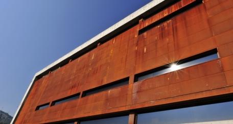 Multipanel F: Principalmente es utilizado como revestimiento de fachadas, su forma permite atractivas soluciones arquitectónicas y es también útil para cielos que requieran de alta absorción acústica usando el panel perforado con un elemento absorbente acústico, en aplicaciones de interior.