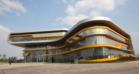 Quadroclad: Fachada ventilada, formada por paneles compuestos que embellecen cualquier proyecto arquitectónico; ofreciendo propiedades térmicas y soluciones dinámicas.