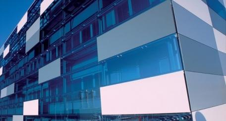 Quadroglass: Paneles de vidrio que permiten una amplia gama de posibilidades de diseño, incluida la serigrafía y la inserción de un panel metálico con perforación.
