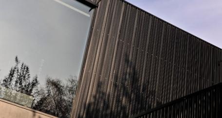 Quadrolines: Panel diseñado para el recubrimiento de fachadas, entregando a éstas una lectura contínua y homogénea.