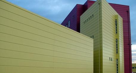 Sandwich Wall: Posee características aislantes y está fabricado para revestimientos de fachada.