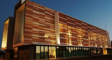 Softwave 25 – 50: Revestimiento de líneas curvas que responde al requerimiento estético, puede ser utilizado como excelente control solar pasivo y acústico en aplicación perforada, ofreciendo dinamismo en las fachadas día y noche.