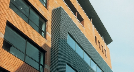 Celosia 70S: Es un producto diseñado para ser utilizado en espacios en los que se requiera renovación de aire o como elemento decorativo además de cumplir su función de control solar.